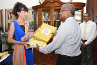 Mid-2019, files from the National Assembly were handed over to the president of the Seychelles truth commission, Gabrielle Louise McIntyre (left). In fifteen months of work, a parliamentary group had received 315 complaints of victims. 16% were seeking to recover their property, 15% truth and justice, 10% an apology and 58% financial compensation. © Thomas Meriton