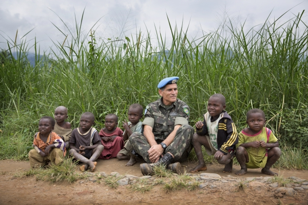 MONUSCO force commander  Carlos Alberto dos Santos Cruz with children in Pinga on December 13, 2013, 10 days after it was retaken from Sheka Ntaberi's forces