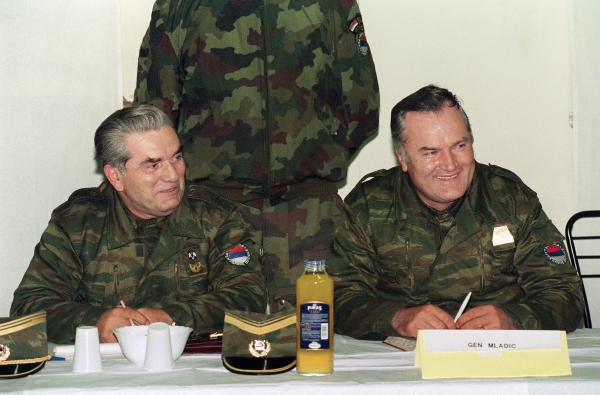 Ratko Mladic et son adjoint Milan Gvero à Sarajevo en avril 1993 (photo d'archives)