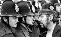Le mineur gréviste George Brealey (à droite), face au policier Paul Castle, en juin 1984 à Orgreave. Cette photo de Don McPhee, du journal The Guardian, est devenue emblématique de l'un des affrontements sociaux les plus violents qu'ait connue la Grande-Bretagne. © Don McPhee