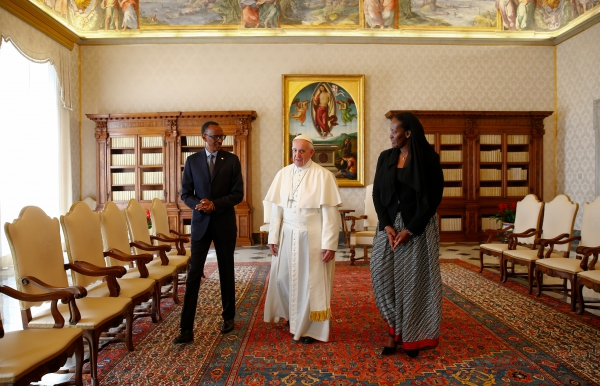 Pope Francis (C) poses with Rwanda's President Paul Kagame and his wife Jeannette Kagame at the Vatican March 20, 2017.