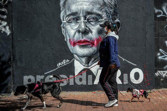 Un mural que representa Álvaro Uribe