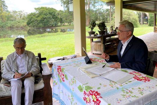 Conversation between Francisco de Roux and Alvaro Uribe in a garden
