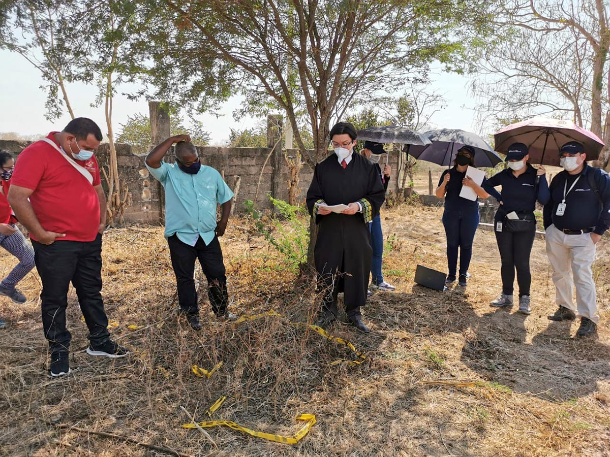 Judge Oscar Parra (JEP) and others undertake excavations in a cemetery