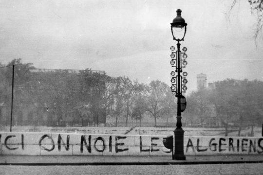 """Graffiti sur un quai de Seine à Paris : """"Ici on noie les Algériens"""""""