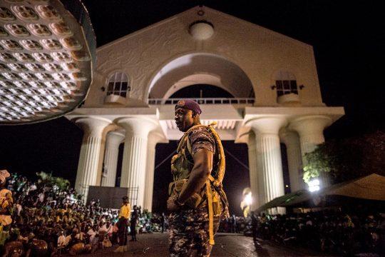 Soldat devant l'Arc 22 à Banjul (Gambie)