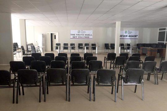 La salle d'aucience de la Commission vérité gambienne est vide