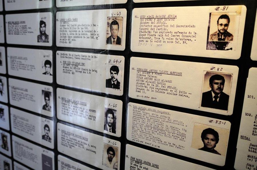 """Des fiches des victimes listées dans le """"Diario Militar"""" sont exposées sur un mur (Guatemala)"""