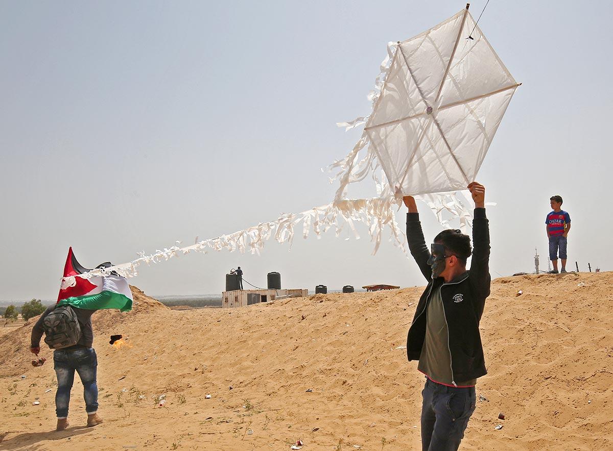 Des militants Palestiniens attachent une bombe incendiaire à un cerf-volant (Bande de Gaza)