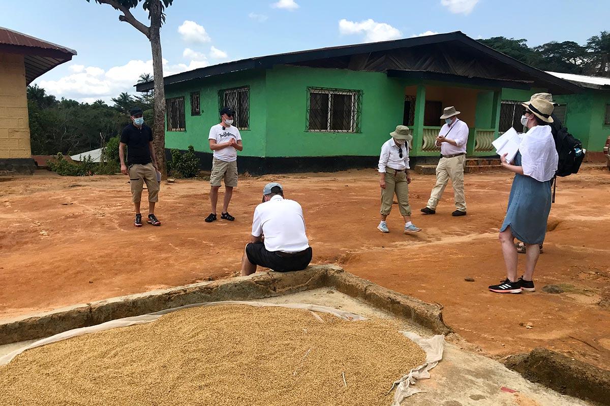 La Cour finlandaise en visite au village de Kamatuhun Hassal, dans le comté du Lofa (Liberia)