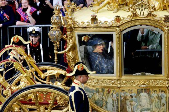 La reine Beatrix parade, aux Pays-Bas, dans le Carrosse d'or