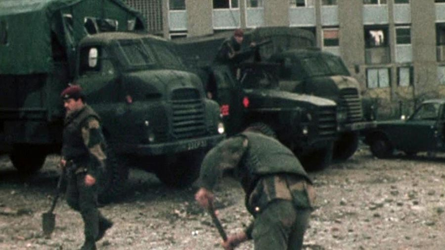 Des soldats britanniques nettoient les lieux à Ballymurphy