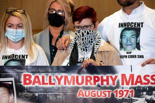Familles des victimes du massacre de Ballymurphy en Irlande du Nord