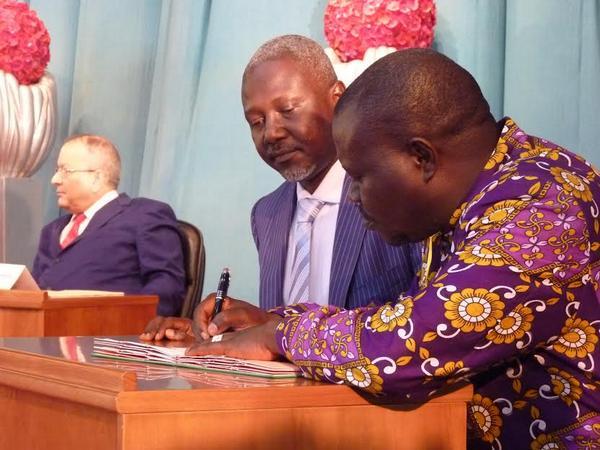 Patrice-Edouard Ngaïssona signe un accord de cessez le feu avec un représentant de la Seleka