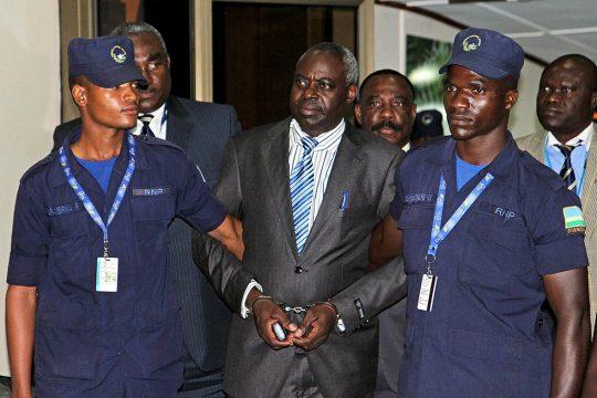 Bernard Munyagishari escorté par la police à Kigali (Rwanda)
