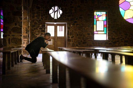 Prière dans une église