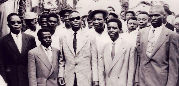 Photo d'archives d'un groupe de gens dont 5 personnes en costume au premier rang : des leaders indépendantistes camerounais.
